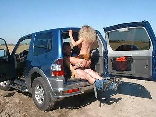 Exhib en voitures entre copines milfs et teens
